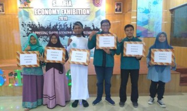 juara 1 English speech dalam acara Sharia Economy Exhibition 2019 Universitas Uhamka Muhammad Abizar Garibaldi (2018)